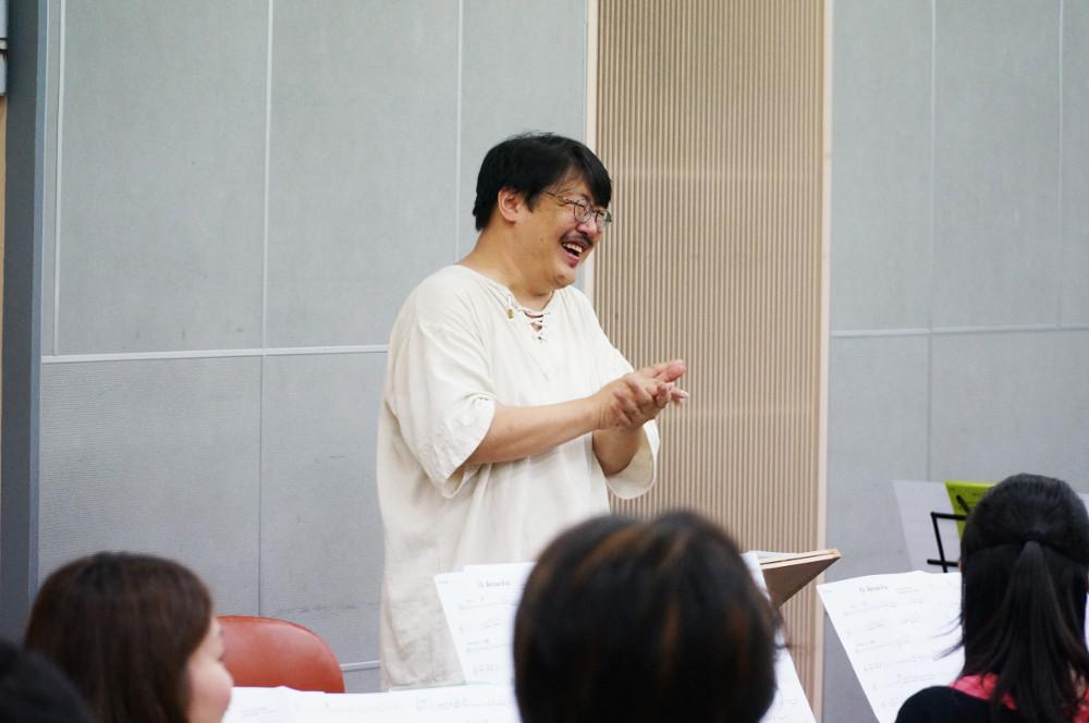 冗談を交えながら指導する山下さん|サンバdeブラス2|大田区文化振興協会