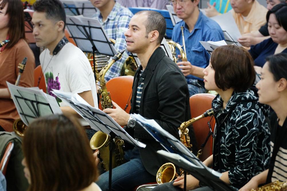中から楽団を引っ張るアナクレートさん|サンバdeブラス2|大田区文化振興協会
