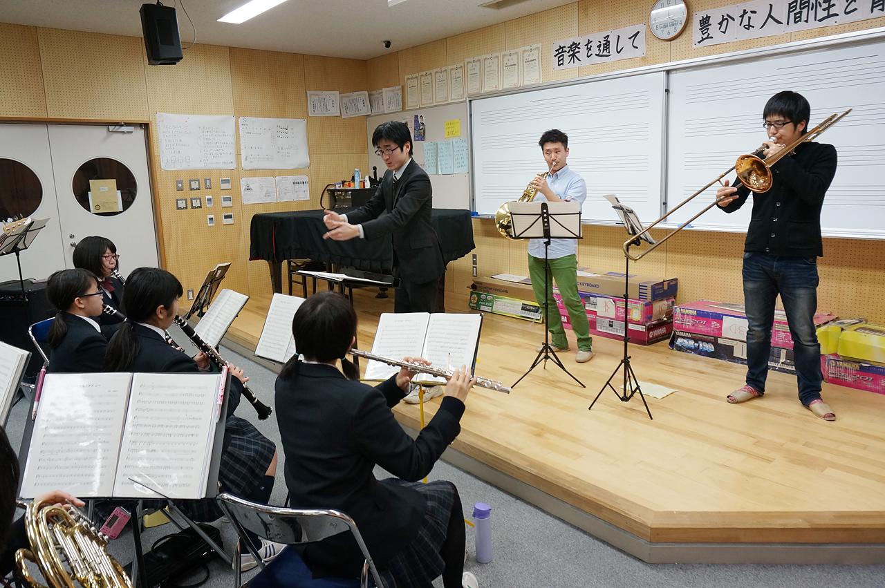 本番に向けて濱地さん・越智さんの指導を受ける東京都立第五商業高等学校吹奏楽部のみなさん